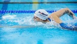 ProMinentin sponsorointi näkyy maailmanlaajuisesti - Sarah Köhlerin uimapuvussa ja uimalakissa.